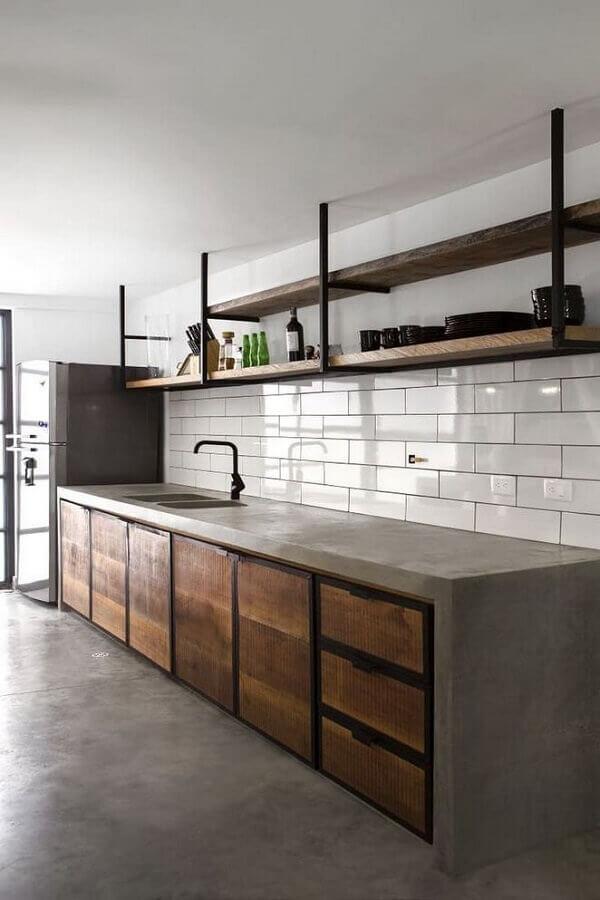 decoração simples para cozinha com bancada de concreto e prateleiras de madeira Foto Wood Save
