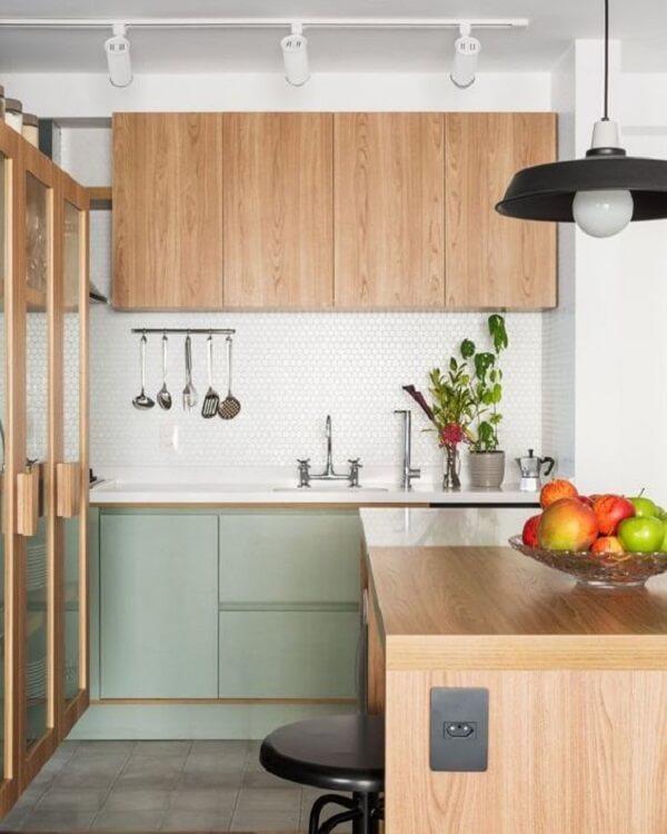 Cozinha com armário e bancada de madeira e Spot de trilho em tom branco