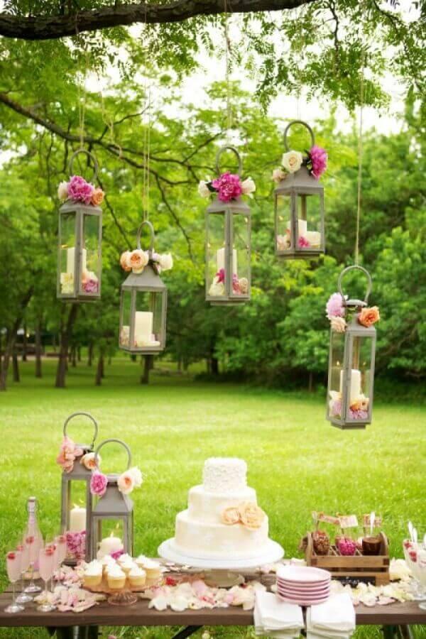 delicada decoração para mesa de festa de casamento no campo  Foto Papo Glamour