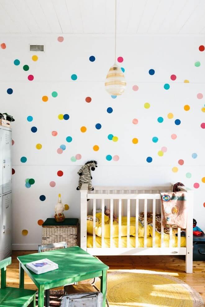 Enfeites para quarto com papel de parede colorido