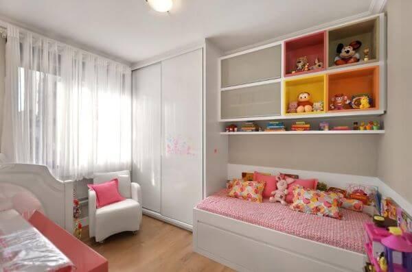 Enfeites para quarto infantil com decoração branca e rosa