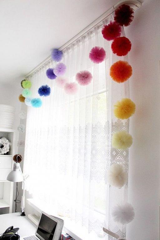 Pompons coloridos para decorar a cortina do quarto infantil