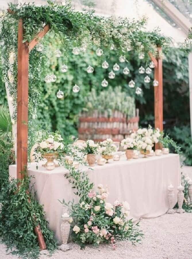 festa de casamento no campo decorada com muita folhagem e lampadas  Foto Etsy