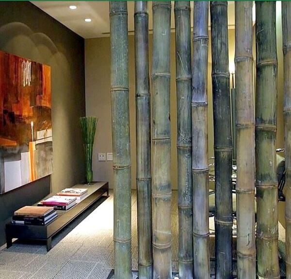 A cerca de bambu foi utilizada como divisória no espaço