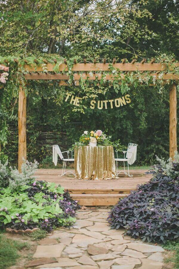 mesa decorada para os noivos de casamento no campo  Foto Assetproject