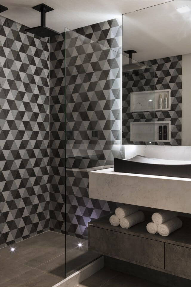 papel de parede geométrico - banheiro com papel de parede geométrico