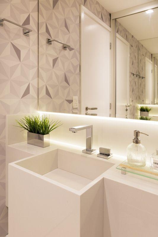 papel de parede geométrico - banheiro com papel de parede geométrico cinza