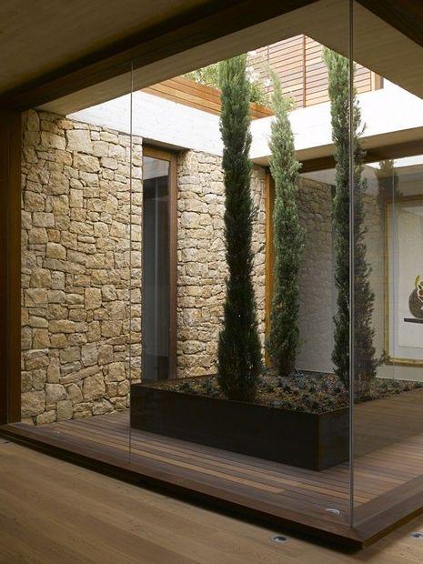 parede de pedra - parede com pedra natural e piso de madeira escuro