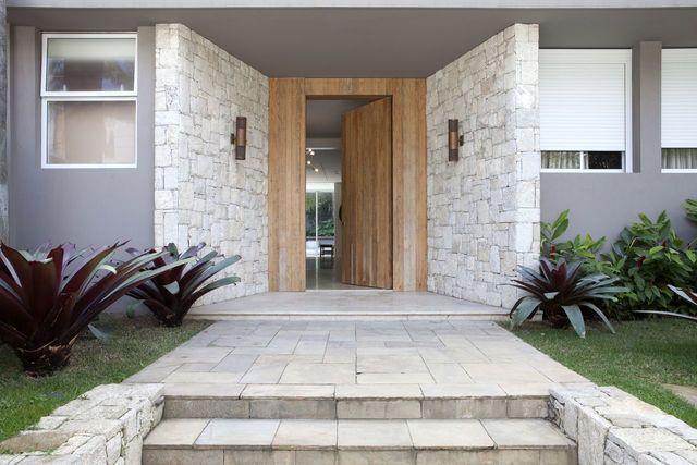parede de pedra - porta de madeira, parede de pedra e iluminação