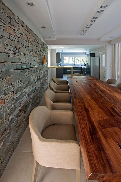 parede de pedra - sala de jantar com parede revestida de pedra