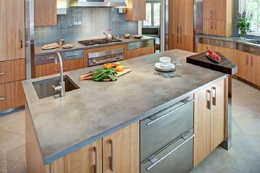 projeto de cozinha com bancada de concreto e armários de madeira Foto Limaonagua