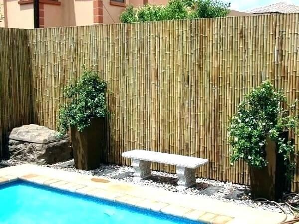 Área da piscina delimitada com cerca de bambu