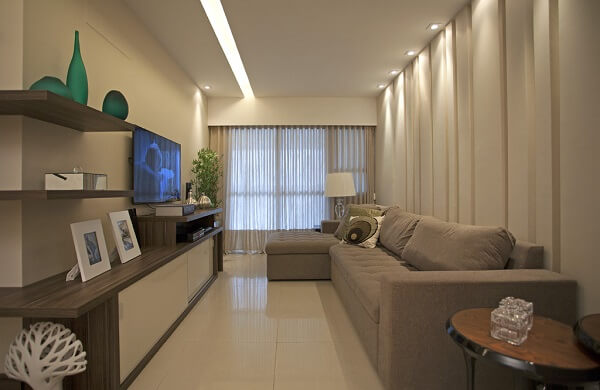 Sala de estar compacta com sanca de gesso e Spot quadrado ilumina a parede do sofá