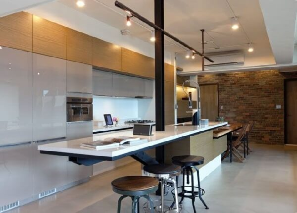Cozinha americana com Spot de luz trilho em tom preto