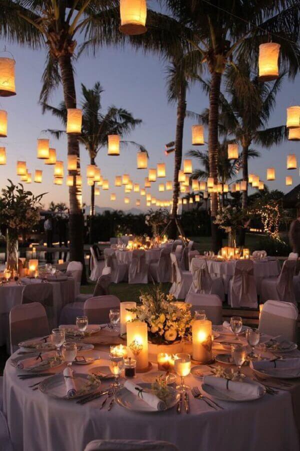 velas suspensas para decoração de casamento no campo a noite  Foto Reedecore