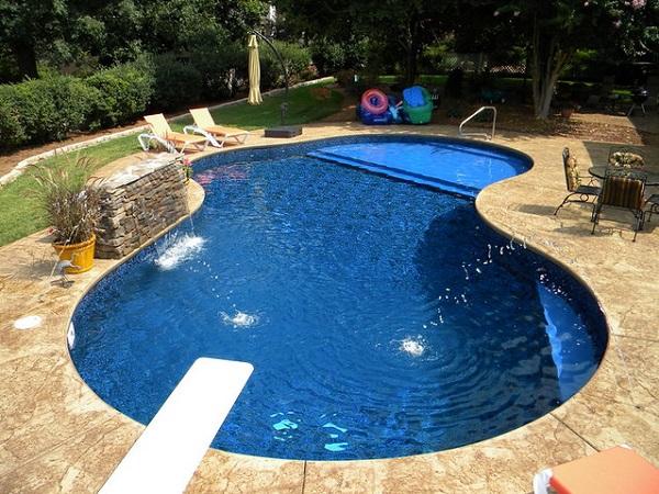 Piscina com trampolim e cascata