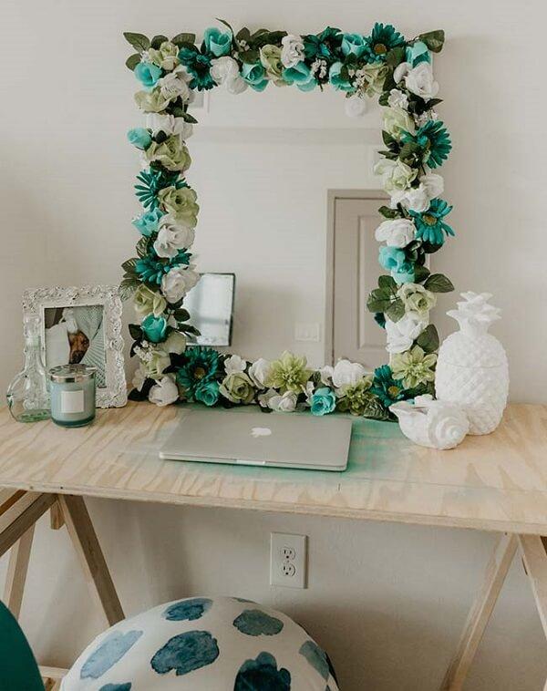 As flores de EVA complementam a moldura do espelho