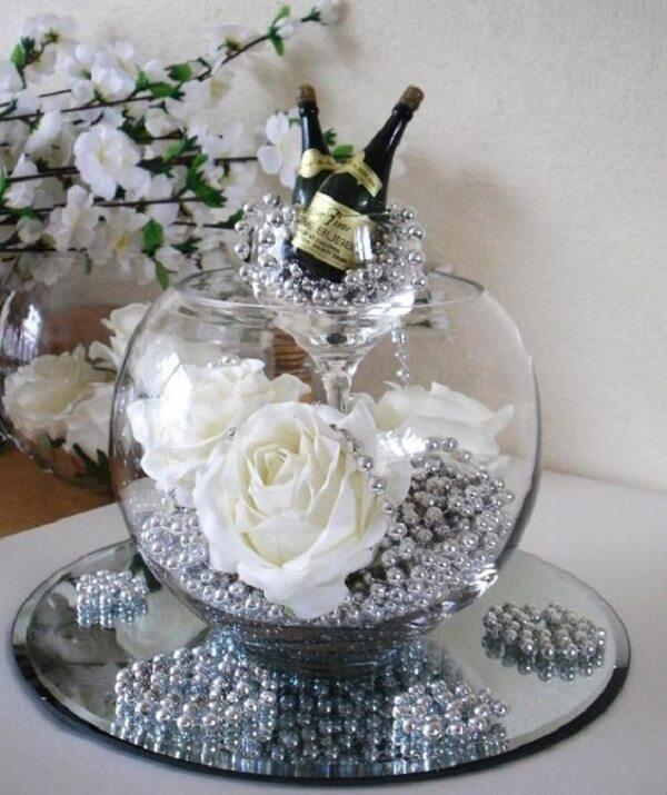 As flores de EVA em tom branco complementam a decoração do pote de vidro
