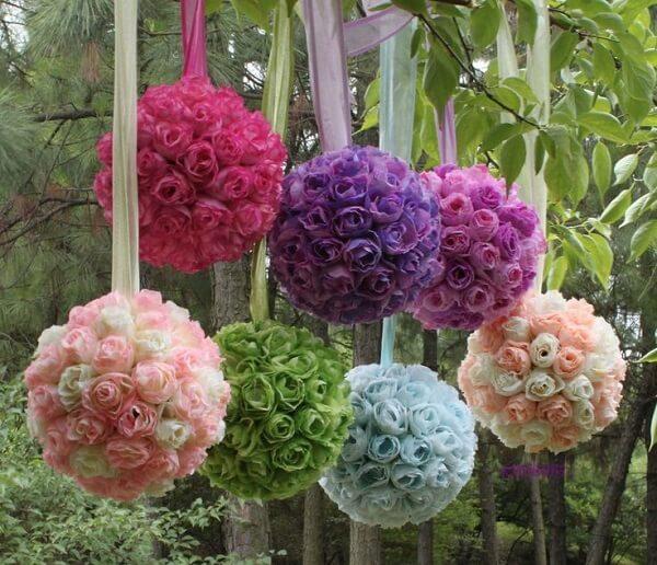 Buquês suspensos formados com flores de EVA
