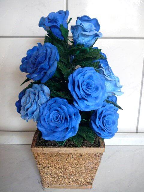 Arranjo com flores azuis de EVA