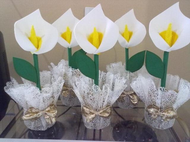 Aprenda como fazer flor de EVA com formato de copo de leite
