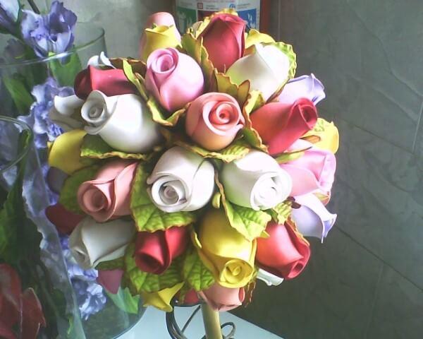 Arranjo com rosas de EVA em cores diversas