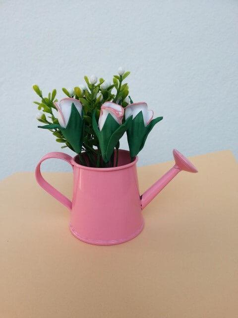 Arranjo com flores de EVA e regador cor de rosa