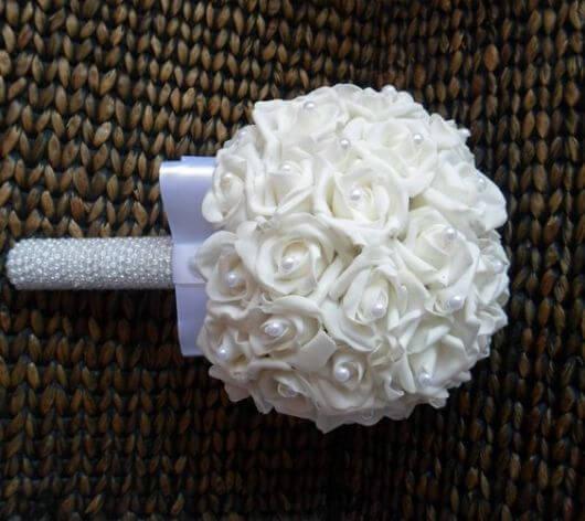 Um buquê de EVA branco com pérolas assim é super charmoso