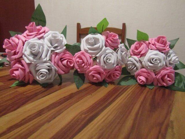 Buquê com flores de EVA brancas e cor de rosa