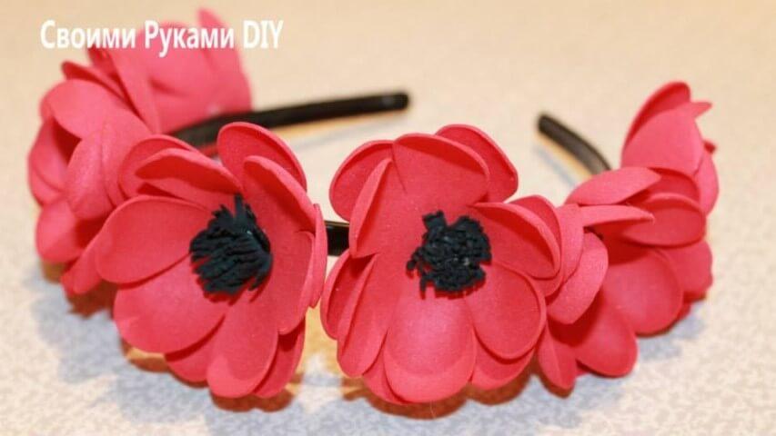 Tiara com flores de EVA vermelhas com o centro preto