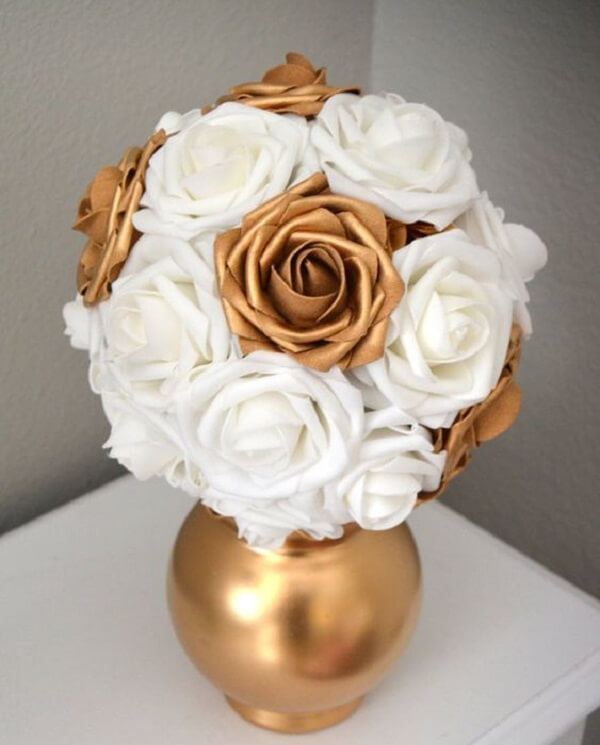Flores de EVA em tons de branco e dourado