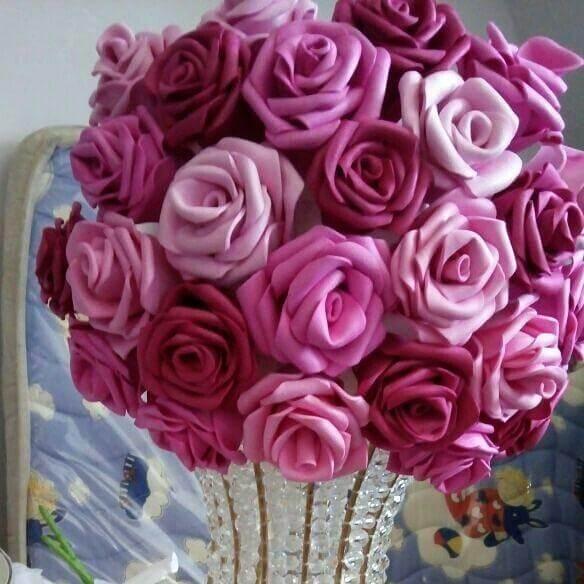 Flores de EVA em tons de rosa.