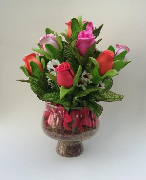Arranjo com rosas de EVA pequenas