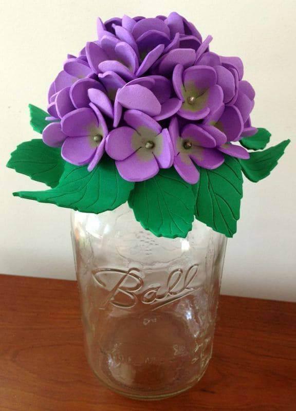Flores de EVA roxas em vaso de vidro