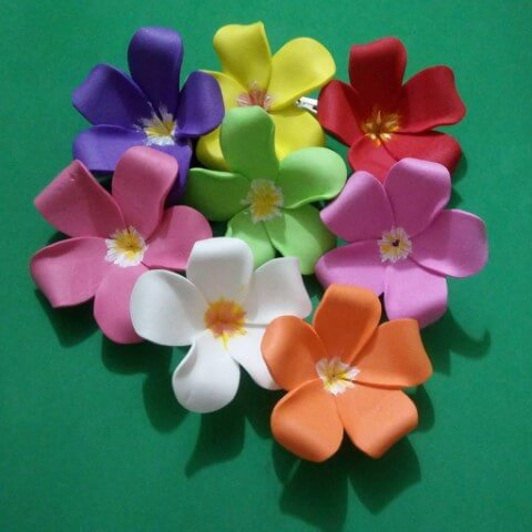 Flores de EVA simples e coloridas com o centro pintado.