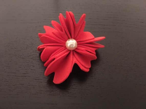 Invista em flores de EVA vermelha com pérola no centro