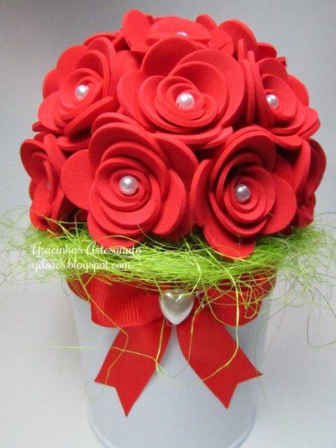 Flores de EVA vermelhas com centro de pérola em arranjo