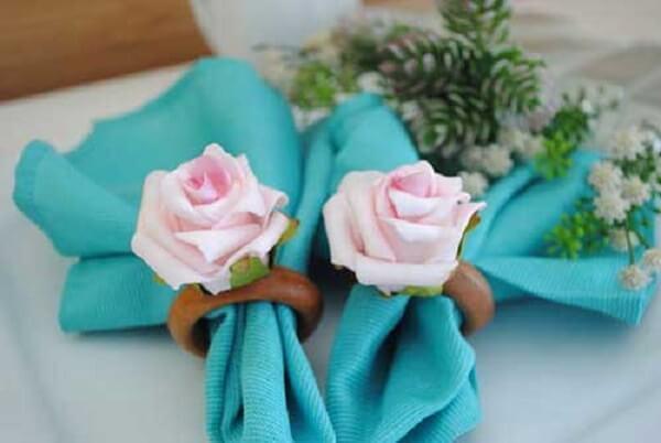 Flores de EVA decoram o porta guardanapo