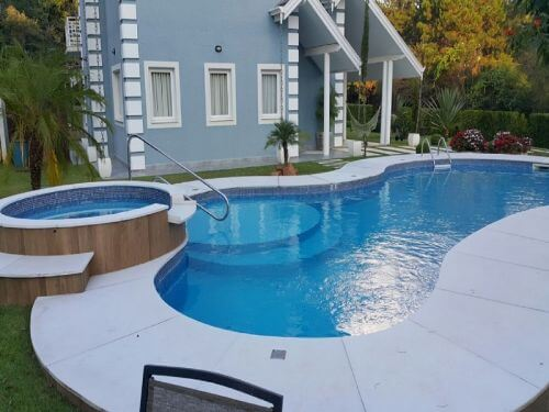 Piscina de vinil com formato arredondado e mini piscina