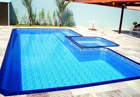 As faixas azuis escuras nas bordas dá mais destaque à piscina