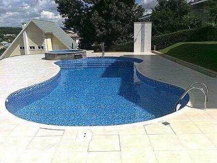 Piscina de vinil com pequena piscina no canto