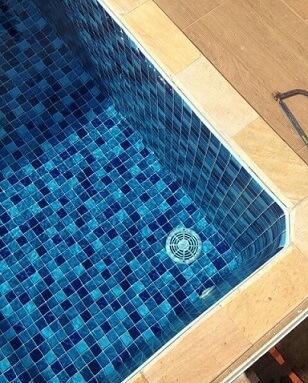 Piscina de vinil em tons de azul