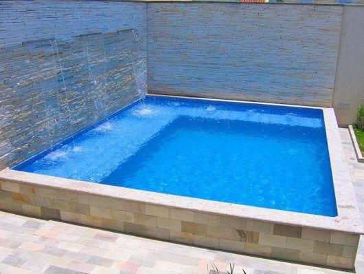 Invista em uma piscina de vinil rasa com cascatas