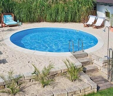 Piscina de vinil redonda com areia ao redor