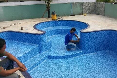Todo o processo de construção e instalação da piscina de vinil é bem rápido