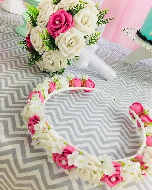 Tiara e buquê formado com flores de EVA