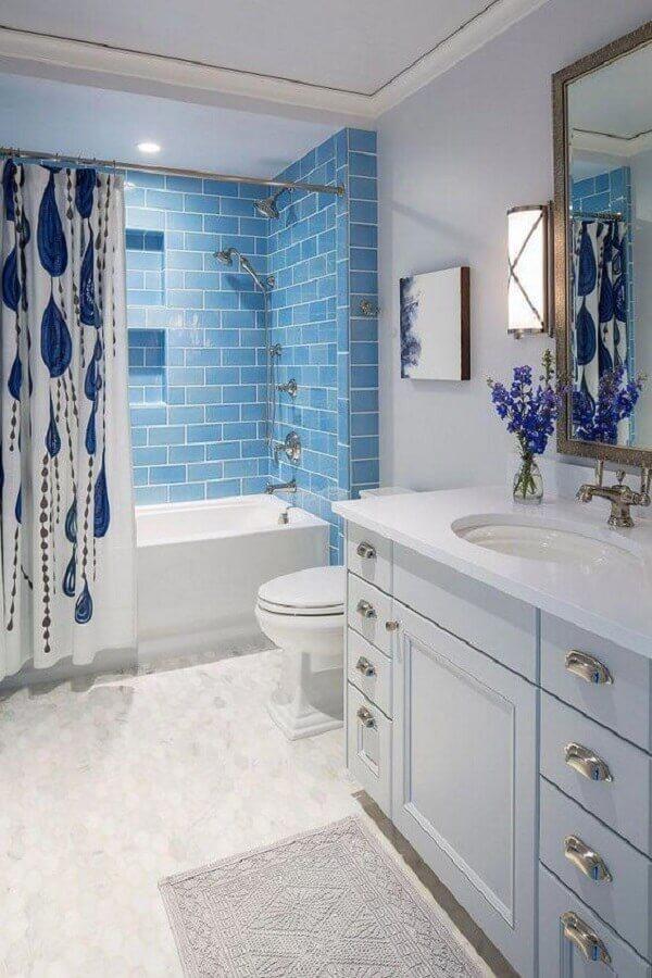 banheiro azul e branco com banheira Foto Landscape Designs
