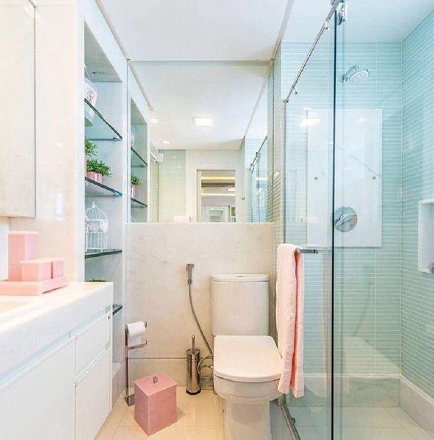 banheiro azul e branco decorado com prateleiras de vidro Foto Marília Bezerra