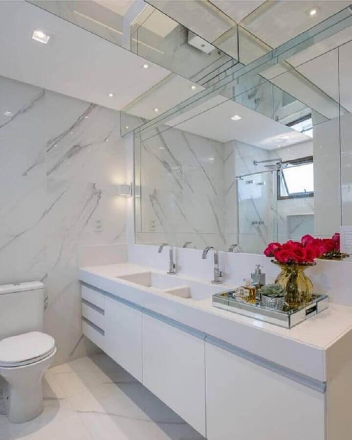 banheiro branco decorado com bandeja espelhada Foto Tudo Especial