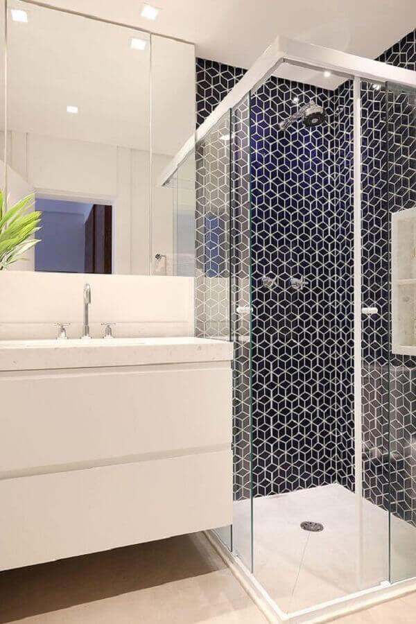 banheiro branco decorado com revestimento preto na área do box Foto Revestindo Casa